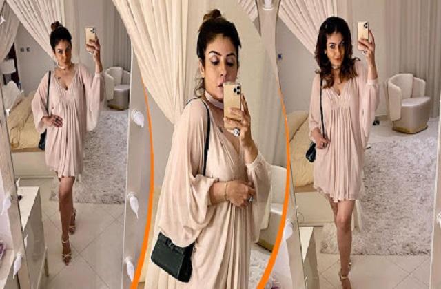 मिनी शॉर्ट ड्रेस में रवीना टंडन ने ढाया कहर, मिरर के सामने सेल्फी लेते हुए दिखाया दिलकश अंदाज