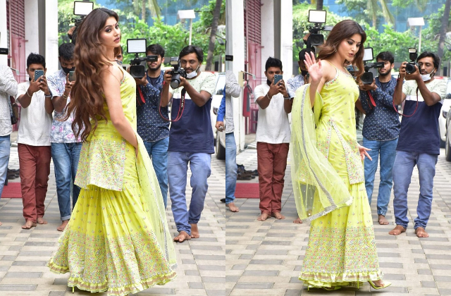 तू खींच मेरी फोटो:शरारा सूट में बला की खूबसूरत दिखीं उर्वशी रौतेला, मुंबई की सड़कों पर इठलाते बलखाते यूं दिए पोज