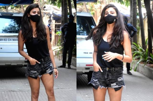 ब्लैक टॉप और मिनी शॉर्ट में सलमान की एक्ट्रेस का बोल्ड अंदाज, चेहरे पर मास्क लगाए फोटोग्राफर्स को यूं दिए पोज