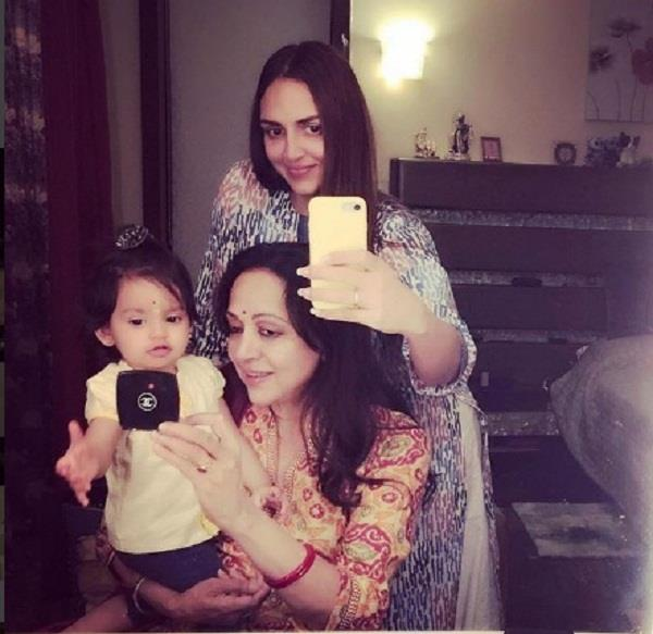 esha deol hema malini and radhya together in picture
