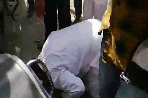 congress leader forced to bow head apologize by villagers