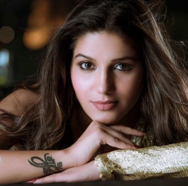 sapna chaudhary gets angry on boys when they hit her car