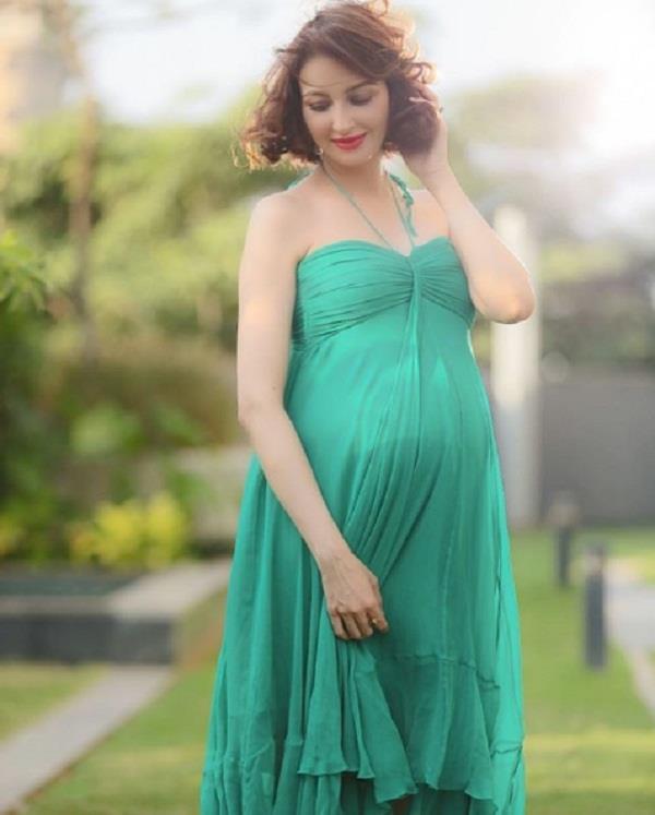 soumya tandon flaunts her baby bump