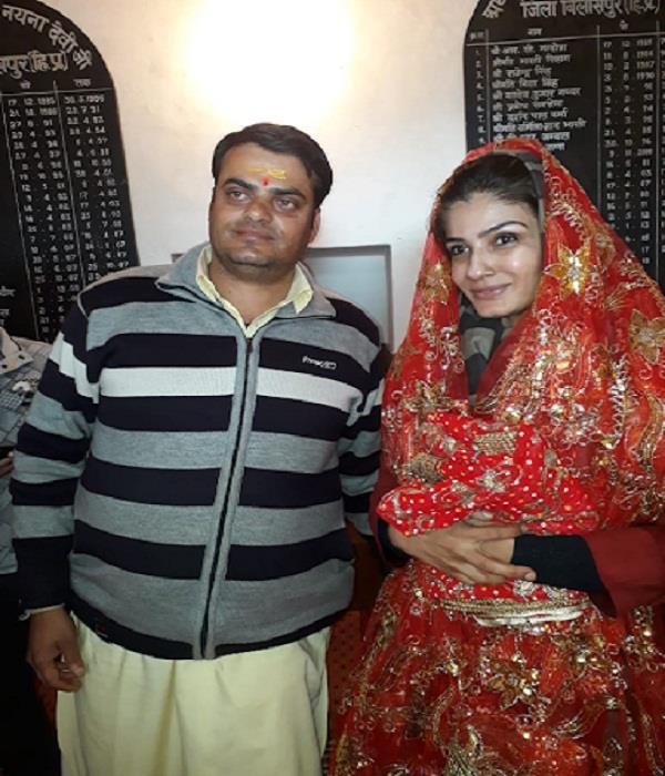 bollywood actress raveena tandon reached naina devi temple