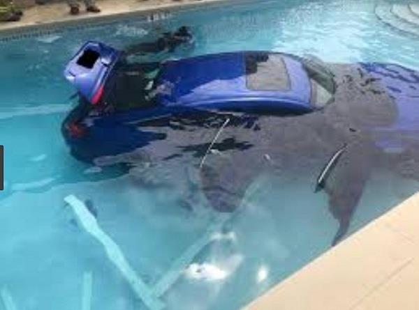 गैराज नहीं बल्कि स्विमिंग पूल में कार पार्क कर चली गई महिला, परिवार था गाड़ी के अंदर