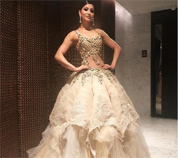 urvashi rautela dress was too heavy to handle in iifa awards 2018