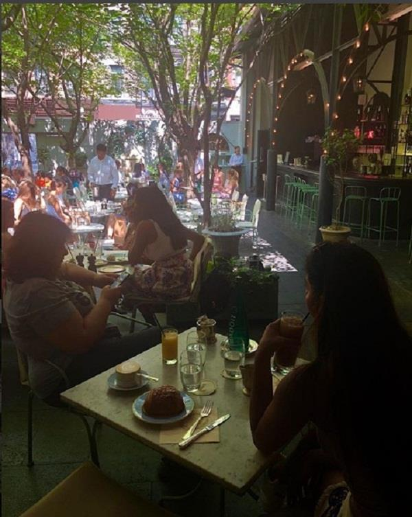 suhana khan enjoying french breakfast in newyork with mom