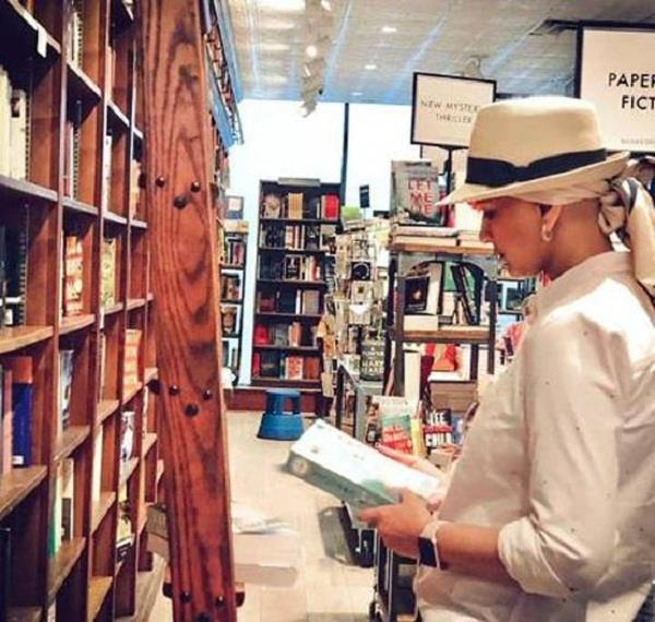 sonali bendre latest picture in new york book store