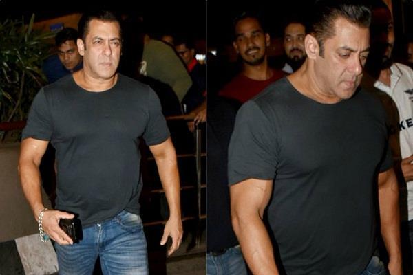 सलमान खान बढ़े हुए वजन के साथ एयरपोर्ट पर हुए स्पाॅट, देखें तस्वीरें