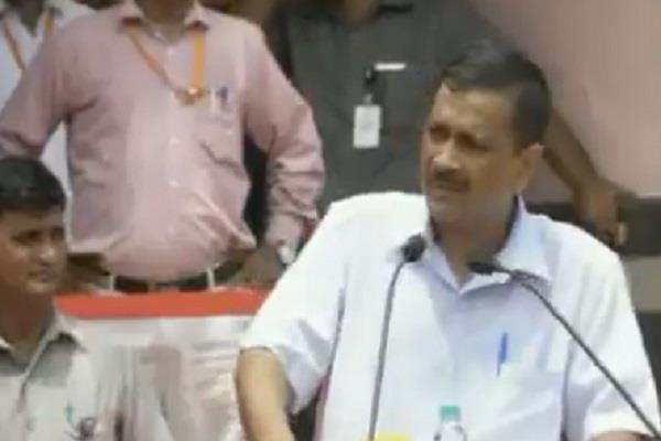 kejriwal sings hum honge kamyab at the independence day