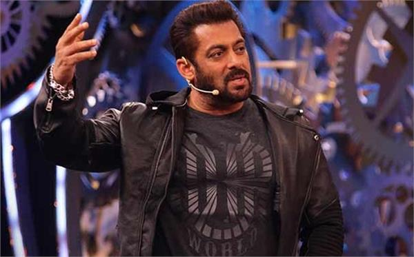 bigg boss 12 premier salman khan welcomes fans in the with hot swag