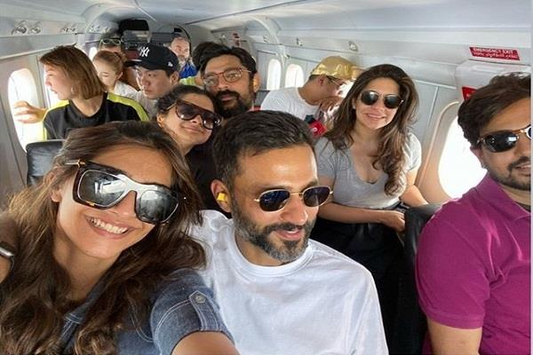 sonam kapoor enjoy vacation in maldives with hubby and sister