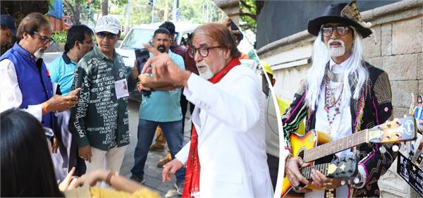 fans queue outside amitabh bachchan residence on his birthday