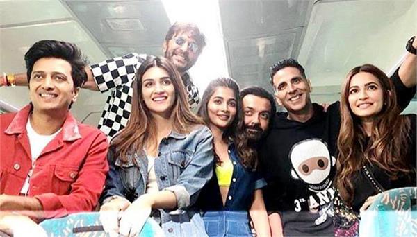 'हॉउसफुल 4' के प्रमोशन के लिए दिल्ली पहुंची टीम, ट्रेन में मीडिया के साथ खेले मजेदार गेम्स