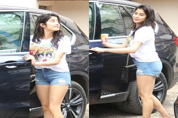 jahnavi kapoor flaunted abs in short dress