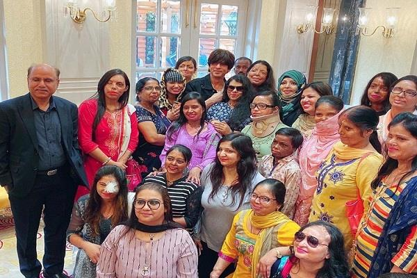 shahrukh khan spent time with acid attack survivors