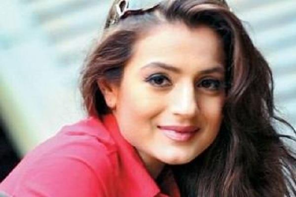 ranchi court issues arrest warrant against actress amisha patel