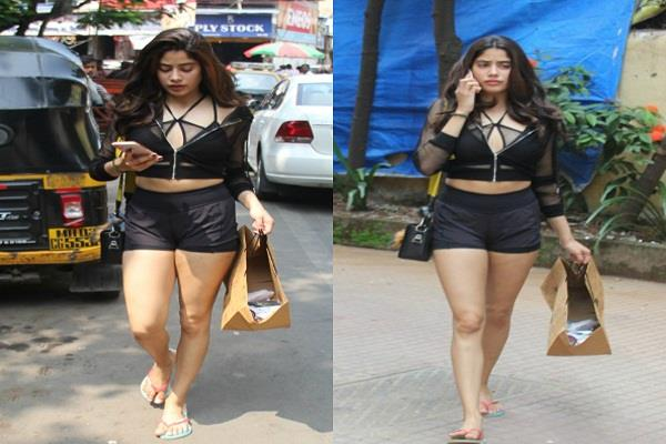 jahnavi came on the streets of mumbai in short clothes