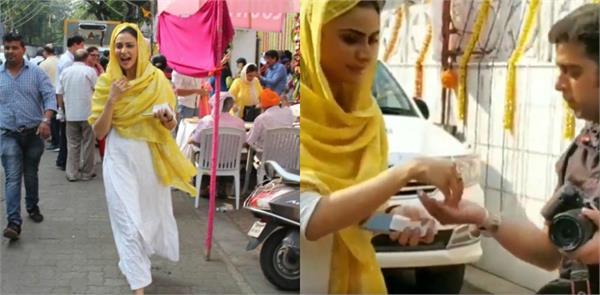 rakul preet singh distributes kadha parshad to photographers