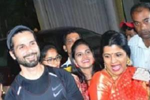 shahid kapoor poses with fans