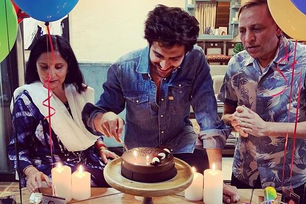 kartik aaryan celebrates his birthday with family