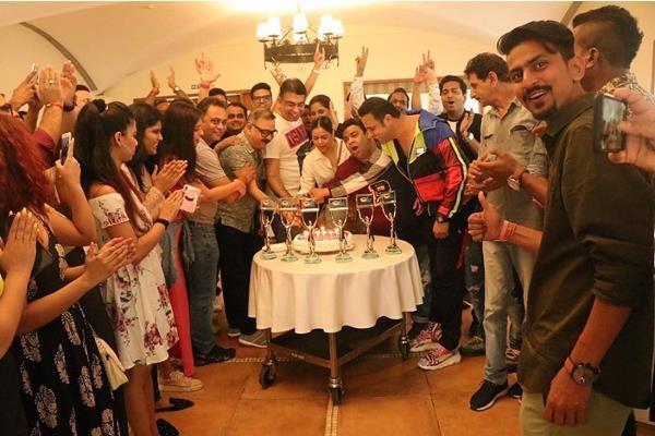 the kapil sharma show wins six awards krushna sumona kiku celebrates