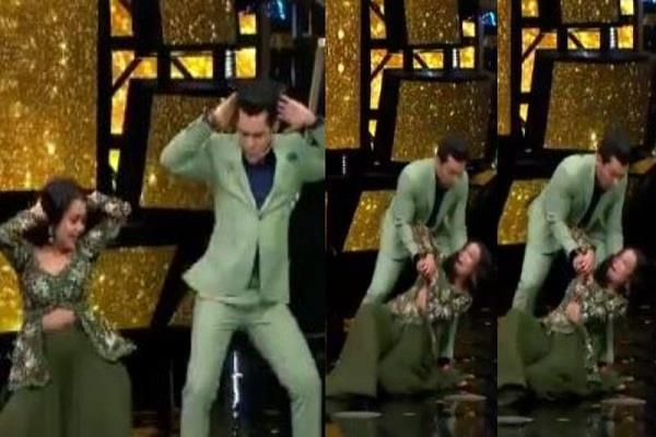 neha kakkar oops moment during dance with aditya narayan on indian idol 11 stage