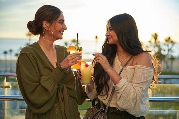 kapoor sisters arrived in los angeles to enjoy vacation