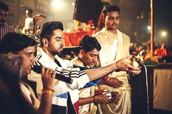 ayushman khurana reached banaras joins aarti after ganga pujan