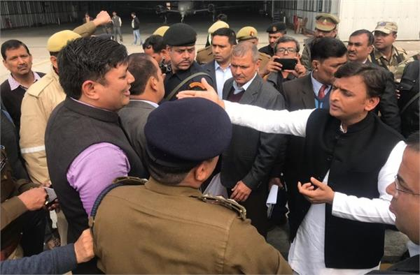 akhilesh yadav going to allahabad stopped at lucknow airport