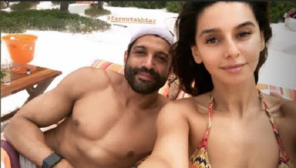 farhan akhtar and shibani dandekar enjoying holiday