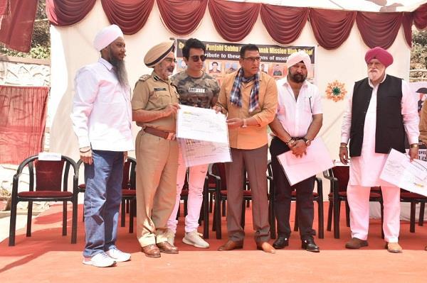 sonu sood gave five lakh aid to punjab martyrs