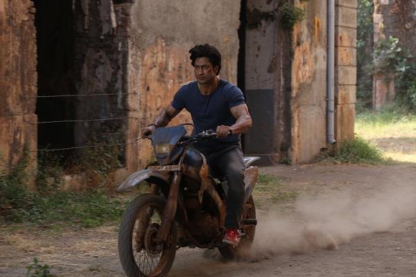 vidyut jammwal bike stunt