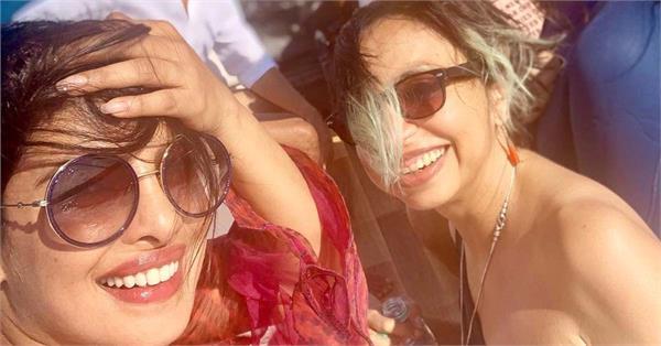 प्रियंका चोपड़ा ने 'द स्काई इज पिंक' टीम संग शेयर की Beach Selfie