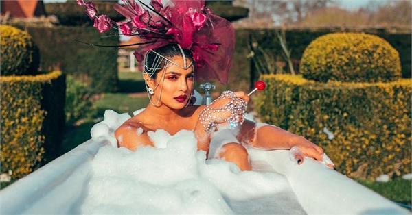 बाथटब में बैठ प्रियंका ने शेयर की तस्वीरें, पति को टैग कर लिखा-बेस्ट हबी एवर