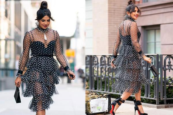 Pics: ट्रांसपेरेंट ड्रेस में न्यूयाॅर्क की सड़कों पर घूमती दिखी प्रियंका चोपड़ा