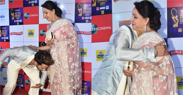 varun dhawan touch hema malini feet at zee cine awards