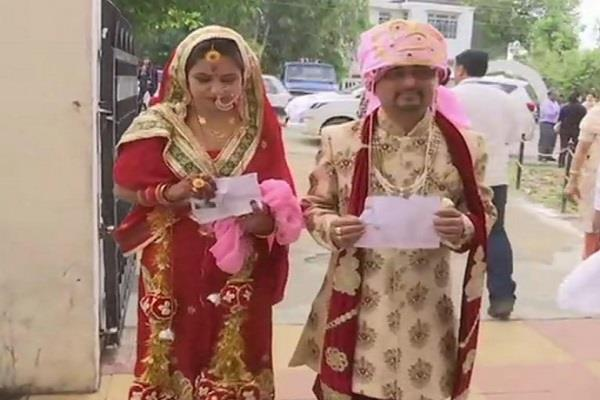 newly married couple reached pooling booth