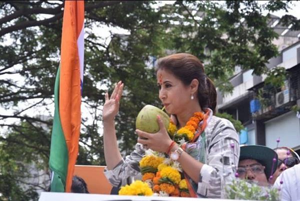 चुनाव प्रचार के दौरान नारियल पानी पीती दिखी एक्ट्रेस, यूजर्स बोले-'कार्यकर्ताओं के लिए भी ले लेती'
