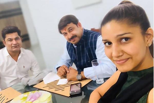 sapna chaudhary photos with manoj tiwari goes troll