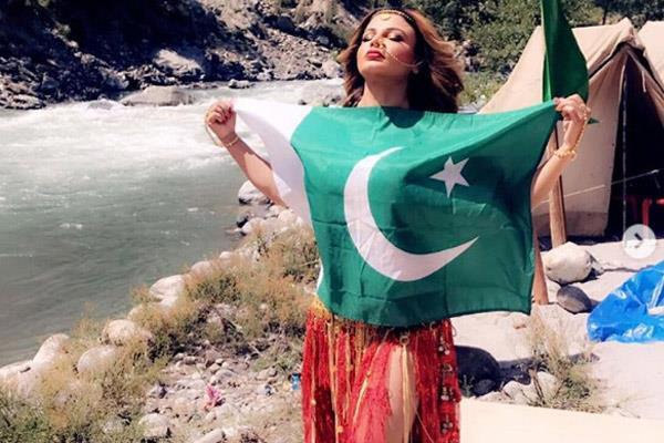 rakhi sawant share photos with pakistan flag
