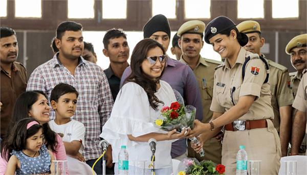 rani mukerji meets with policemen during shooting of mardani 2