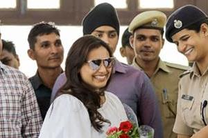 rani mukerji meets with policemen during shooting of mardani 2