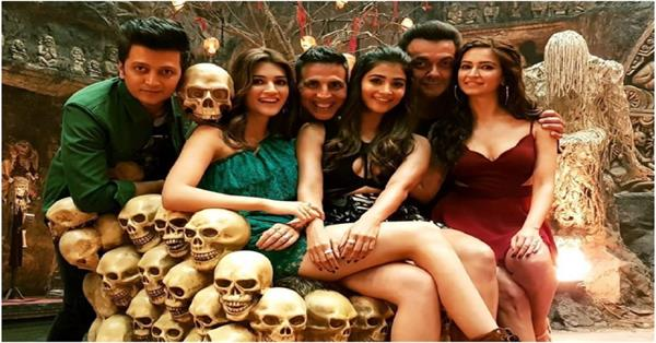 picture viral from the sets of housefull 4