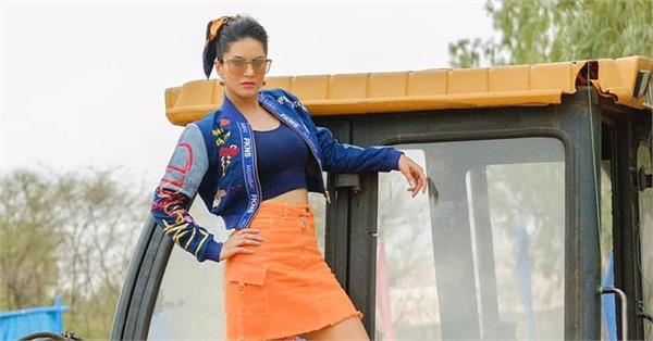 sunny leone share picture with jcb goes viral