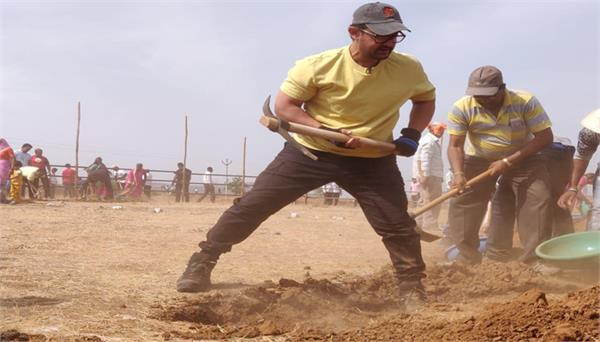 महाराष्ट्र दिवस पर, आमिर खान ने सतारा जिले में किया श्रमदान