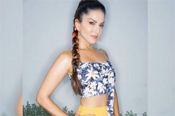 sunny leone glamorous look in affordable dress