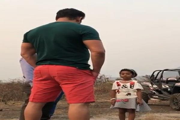 a child sing a song in front of salman khan