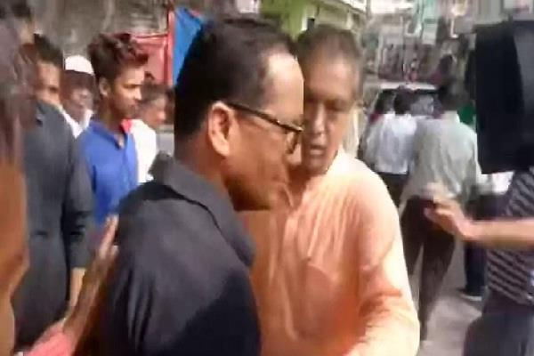 2 ministers ruckus for photographing with the union minister