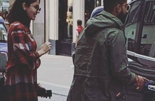 virat anushka was captured when roaming on the streets of london